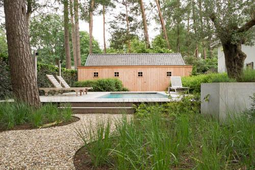 Tuin met zwembad te Schoten